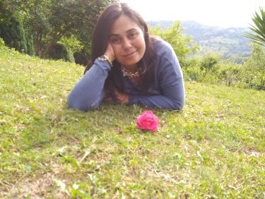 amara con flor